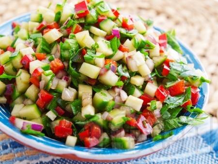 Кълцана салата с краставица и червени чушки - снимка на рецептата